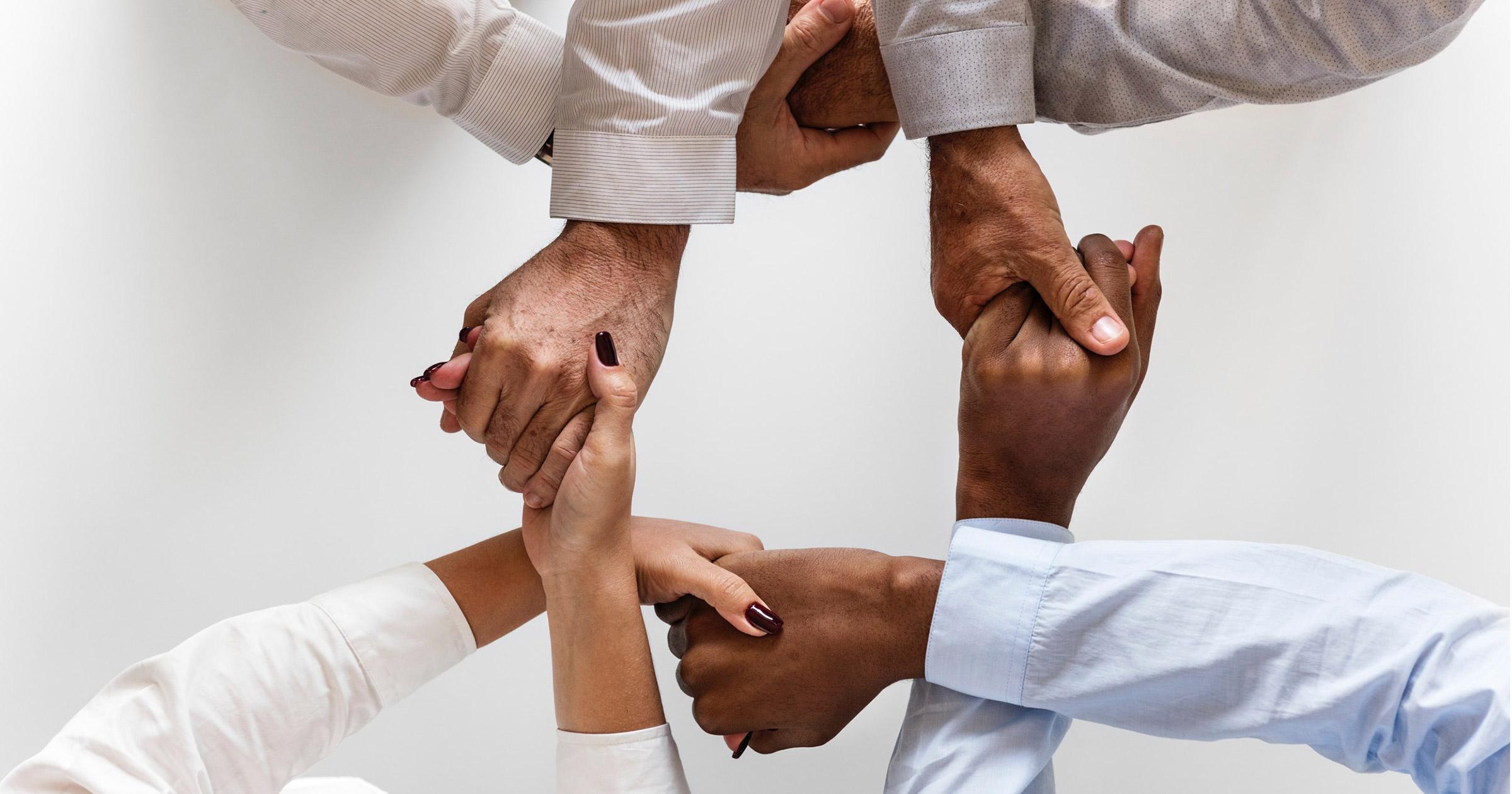 Diversas manos juntas