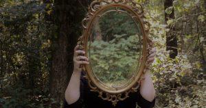 Mujer sosteniendo un espejo
